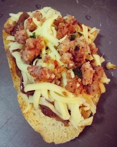 Brusqueta de pinhão com queijo colonial e cebola caramelizada antes de ir para o forno. Opção vegetariana? Temos sim!