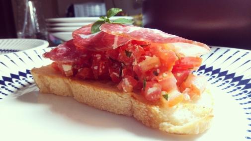 Brusqueta de tomate, queijo serrano e copa. Da colônia, com carinho e afeto